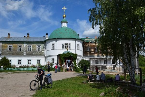 На территории Воскресенского монастыря