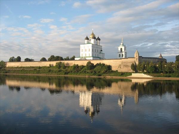 на фото: Вид на Псковский Кром